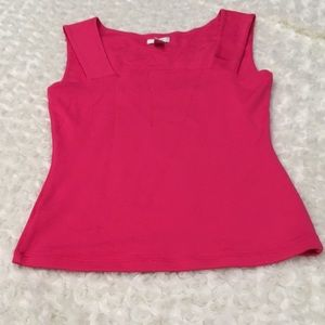 Sleek Cache top flattering & form fitting